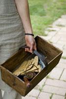 木箱を持つ女性の手元