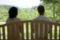 イスに座る男女 21090001360  写真素材・ストックフォト・画像・イラスト素材 アマナイメージズ