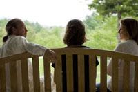イスに座る女性2人と男性