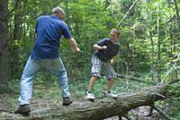木の上で遊ぶ大人と子供