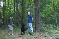 森の中の犬と大人と子供