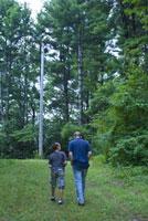 森の中の大人と子供