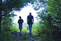 森の中の大人と子供 21090001392| 写真素材・ストックフォト・画像・イラスト素材|アマナイメージズ