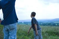 草むらの中の大人と子供