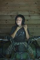 ヘルメットをかぶる子供