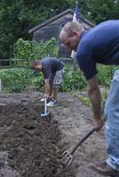 農作業をする大人と子供