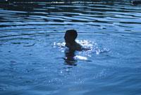 湖で泳ぐ子供