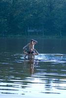 湖の中で肩車