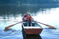ボートに乗る大人と子供 21090001456| 写真素材・ストックフォト・画像・イラスト素材|アマナイメージズ