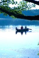 ボートに乗る大人2人と子供