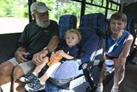 バスに乗る大人2人と子供