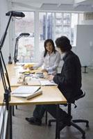 机で仕事をする男女