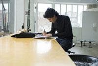 机で仕事をする男性
