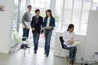 オフィスの中の男性2人と女性2人