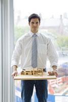 家の模型を持つ男性