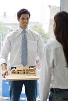 家の模型を持つ男性と女性