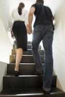 階段を上る男女の後姿 21090001667  写真素材・ストックフォト・画像・イラスト素材 アマナイメージズ