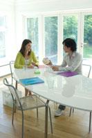 庭に面した白い部屋でビジネスミーティングをする男女 21096000005| 写真素材・ストックフォト・画像・イラスト素材|アマナイメージズ