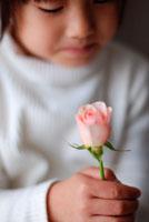 バラを持つ女の子