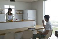 キッチンに立つ女性とカウンターに座る男性