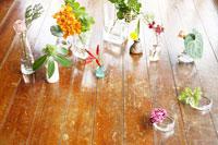 床に置いた花瓶にいけた花
