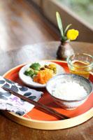 お盆にのせたご飯 21103000007| 写真素材・ストックフォト・画像・イラスト素材|アマナイメージズ