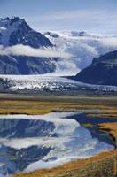 Skaftafellsjokull reflected in a pond. Skaftafell National P 22001000409| 写真素材・ストックフォト・画像・イラスト素材|アマナイメージズ
