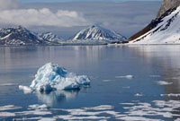 Small iceberg and thawing sea ice at the mouth to Brepollen 22001000658| 写真素材・ストックフォト・画像・イラスト素材|アマナイメージズ