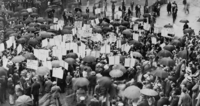 Crowd of depositors gather outside the Bank of United States after its failure 22040248921| 写真素材・ストックフォト・画像・イラスト素材|アマナイメージズ