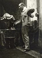 Paul Gauguin posing in Mucha's studio, Rue de la Grande Chaumiere, Paris, 1893 (b/w photo) 22040249623| 写真素材・ストックフォト・画像・イラスト素材|アマナイメージズ