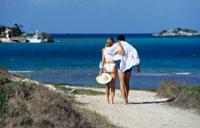 Couple walking on path towards ocean 22157008989| 写真素材・ストックフォト・画像・イラスト素材|アマナイメージズ