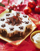 Star-shaped spiced cake with apple cream