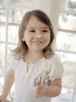 Small girl baking with blob of cream 22199018656| 写真素材・ストックフォト・画像・イラスト素材|アマナイメージズ