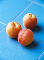 Three apricots 22199022720| 写真素材・ストックフォト・画像・イラスト素材|アマナイメージズ