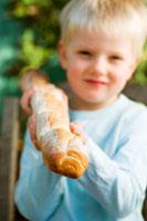 Blond boy holding a baguette stick 22199024264| 写真素材・ストックフォト・画像・イラスト素材|アマナイメージズ
