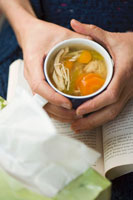 holding a cup of chicken noodle soup 22199025346| 写真素材・ストックフォト・画像・イラスト素材|アマナイメージズ
