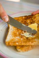 Buttering toast 22199025379| 写真素材・ストックフォト・画像・イラスト素材|アマナイメージズ