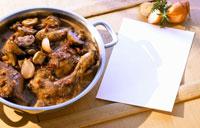 Coq au vin in a pan 22199025656| 写真素材・ストックフォト・画像・イラスト素材|アマナイメージズ