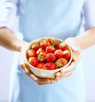 Woman holding a  bowl of strawberry 22199026614| 写真素材・ストックフォト・画像・イラスト素材|アマナイメージズ