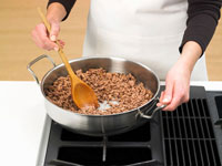 Saut?ing mince in a frying pan