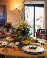 Festive table with floral arrangement 22199035391| 写真素材・ストックフォト・画像・イラスト素材|アマナイメージズ