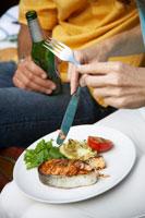 Woman eating grilled salmon cutlet 22199035463| 写真素材・ストックフォト・画像・イラスト素材|アマナイメージズ