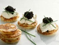 Blinis with soft cheese and caviar 22199036025| 写真素材・ストックフォト・画像・イラスト素材|アマナイメージズ