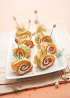 Crepe rolls filled with smoked salmon 22199036092| 写真素材・ストックフォト・画像・イラスト素材|アマナイメージズ