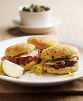 Bread rolls filled with ham 22199036389| 写真素材・ストックフォト・画像・イラスト素材|アマナイメージズ