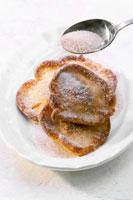 Sprinkling sugar on small pancakes 22199036495| 写真素材・ストックフォト・画像・イラスト素材|アマナイメージズ