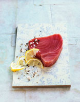Tuna steak with lemon and spices