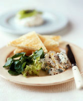 Haddock with salad and toast triangles 22199037541| 写真素材・ストックフォト・画像・イラスト素材|アマナイメージズ