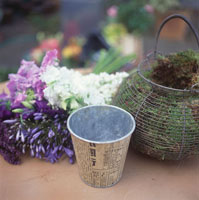 Basket of moss, cache-pot and flowers 22199037997| 写真素材・ストックフォト・画像・イラスト素材|アマナイメージズ