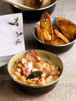 Bean stew with fried bacon rashers 22199038412| 写真素材・ストックフォト・画像・イラスト素材|アマナイメージズ